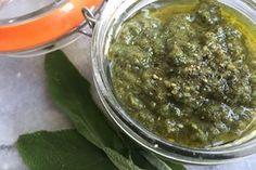 Frisches Salbei-Pesto mit Wallnüssen, Rapsöl, Pfeffer, Salz und Zitronensaft.