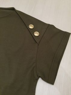 SONO(ソーノ)コットン肩ボタンTシャツ Sleeves Designs For Dresses, Sleeve Designs, Office Fashion, Fashion 2020, Blouse Styles, Blouse Designs, Sewing Sleeves, Kurta Neck Design, Casual Hijab Outfit