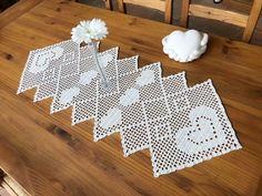 Dieser Tischläufer ist elegant, verspielt , modern und passt in jede Wohnung und auf jeden Tisch und das zu jeder Jahreszeit. Auch als Geschenk eine tolle Idee. Ihr könnt ihn in groß : ca. 110 x 44 cm , in klein : ca. 78 x 44 cm und in 3 verschiedene Crochet Doily Diagram, Filet Crochet Charts, Crochet Doilies, Crochet Patterns, Tablerunners, Crochet Home, Slip Stitch, Crochet Projects, Diy And Crafts