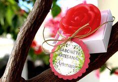 Linha Presente Artesani: Caixa visor com Sabonete glicerinado de rosa vermelha com várias opções de essência. Peso aproximado de 60g.   #sabonetesartesanais #artesaniparanavai #artesani = #arte + #saúde #artedecuidardesuasaúde #presentepersonalizado #lembrancinhas #eventos  Produção sabonete mais decoração em scrap: Bruna Suk Bellanda Produção design gráfico: Elch Esquiçati Foto: Zaira Suk