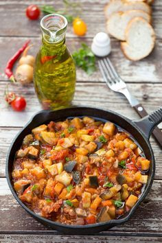 O tocanita cu legume este perfecta oricand. Este atat de gustoasa incat am pregatit-o 2 zile la rand, asa ca va invit si pe voi sa o incercati. Vegetable Ratatouille, Vegetable Stew, Vegetable Recipes, Meat Recipes, Vegetarian Recipes, Cooking Recipes, Healthy Recipes, Crock Pot Vegetables, Food Porn