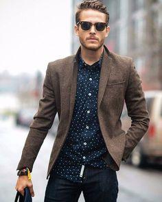 Bom dia! Hoje é dia de casual day em muitas empresas tenha cuidado ao montar o look e não deixe casual demais se optar por um jeans acrescente um blazer esportivo. #consultoriadeimagem #imagemprofissional #imagempessoal #tgif by estilocorporativo http://ift.tt/20f5swh