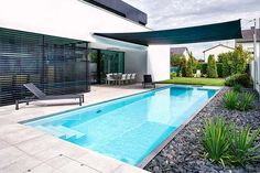 Schmaler, Langer Pool Im Garten Mit Sonnensegel
