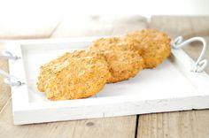 De sojameel, cottage cheese, bakpoeder, zout, ei en kokosolie of roomboter vormen de basis van deze zelf gebakken broodjes. Daarnaast kun je van alles toevoegen om deze broodjes nog lekkerder te maken.