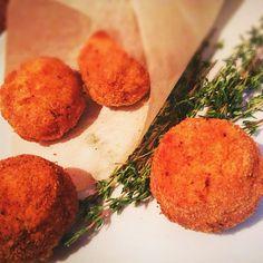 Мне нравится, когда одно блюдо готовится из остатков другого. Этакая эволюция, которая помогает не выбросить оставшееся блюдо. Тем более, если второе блюдо не менее вкусное, чем первое. К таким рецептам можно отнести и аранчини. Аранчини (итал. arancini — «маленькие апельсины») — блюдо сицилийской кухни. Представляет собой обжаренные или в некоторых случаях запечённые шарики из риса...
