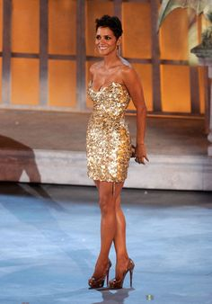 Halle Berry looks absolutely stunning in her shimmery gold mini dress at Spike TV's Scream 2010 Awards. What we love about Halle Berry is that she exudes a natural glow, whether she is in red carpet glam or is simply running errands around town. Estilo Halle Berry, Halle Berry Style, Halle Berry Hot, Hally Berry, Dress Vestidos, Mode Chic, Sensual, Look Fashion, Dress To Impress