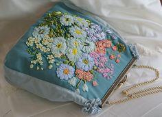 Bestickte Blumentasche in Vintage Styl von OlgasPrettyThings Clutch Purse, Coin Purse, Embroidery Purse, Silk Ribbon, Embroidered Flowers, Jute, Decorative Items, Etsy, Vintage