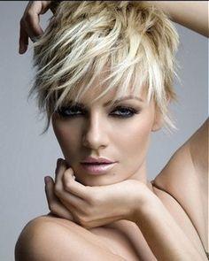 Voici une coiffure dont les mèches effilées ont été coiffées vers l'avant, même celles situées à l'arrière de la tête. La coloration est composée de plusieurs teintes de blond, pour un effet très doux.