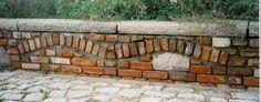 Kleine Mauer aus alten Mauersteinen