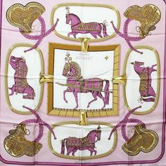 NEUWERTIG!! Entwurf Jacques Eudel, erstmals 1962. Print Paradepferde in großer Montur. Lila/Goldtöne. Seidentwill, handrolliert. Ca. 88x89cm. Orig.-Box.