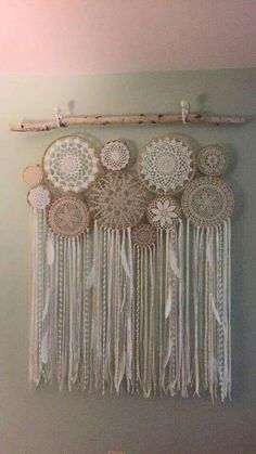 Crochet Doily Dream Catchers-What to do with these doilies! Doilies Crafts, Crochet Doilies, Lace Doilies, Los Dreamcatchers, Crochet Projects, Craft Projects, Doily Dream Catchers, Doily Art, Arts And Crafts