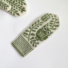 Ravelry: Project Gallery for Grey Eyed pattern by Rebecca Tsai - Decor DIY Knitted Mittens Pattern, Knit Mittens, Knitted Gloves, Knitting Socks, Hand Knitting, Knitting Patterns, Crochet Patterns, Wrist Warmers, Fair Isle Knitting