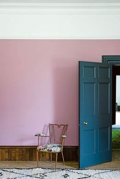 Modern Country Style Cinder Rose has barely any of the yellow pigment found in most pinks, making it feel bluer and more romantic. Taking its nam. Farrow And Ball Living Room, Farrow And Ball Paint, Farrow Ball, Modern Country Style, French Country Living Room, Rose Bedroom, Bedroom Decor, Dusky Pink Bedroom, Bedroom Ideas