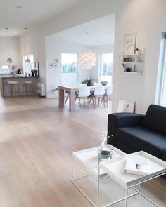 #Décoration #scandinave. #salon #blanc http://www.m-habitat.fr/par-pieces/salon-et-salle-a-manger/un-salon-a-la-deco-d-inspiration-scandinave-2638_A