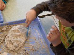 Fossielen maken. Nodig: Speelgoed (bijv. dino's), Gips, nat zand, tandborstel/kwast, bakje.  Werkwijze: Vul het bakje met een laagje zand. Druk hier het speelgoed (dino) goed in aan. Meng het gips met water, kijk even goed naar de verhouding, giet het gips eroverheen en laat dit een aantal dagen goed drogen.  Als het gips goed droog is, kunnen de kinderen als echte archeologen aan het werk met een borsteltje op zoek naar de dino's, 4 Kids, Craft Activities, School, Crafts, Mardi Gras, Games, Crafting, Diy Crafts, Craft