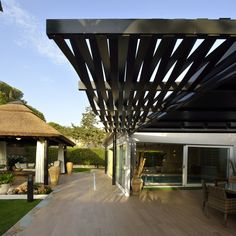 diseo de interiores arquitectura residencia con espacios al aire libre paneles de madera y barandillas de acero c a s a pinterest pergolas and - Pergola Metalica