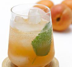 Mojito all'albicocca: è un cocktail cubano a base di Rum, menta, albicocca e lime. E' rinfrescante e sfizioso.