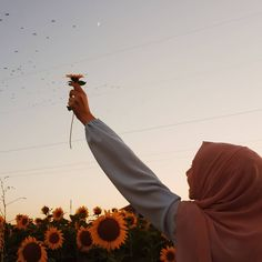 Image may contain: one or more people, flower and sky Hijab Bride, Girl Hijab, Hijab Outfit, Profile Photography, Photography Poses, Hijab Hipster, Meaningful Photos, Creative Photoshoot Ideas, Hijab Drawing