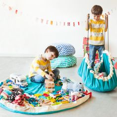 My friends seem to have baby in cycles - and, at the moment, I am back in the baby cycle with babies popping up everywhere around me - I love it! I do have a lot of fun finding the latest new baby presents and there is one clear winner. It is the Play&Go play mat - and it is genius.