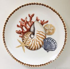 Plate with painted shells and corals Seashell Painting, Botanical Decor, Painted Shells, Dragonfly Art, Ceramic Birds, Coffee And Books, China Painting, China Patterns, Fish Art