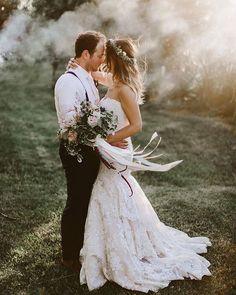 Who needs a smoke bomb when you have wedding guests that vape #vapesmoke #beautifulweddingphoto | Photography by @brandonscottphoto Instagram Profile: @weddingchicks Source/Origem: https://www.instagram.com/p/BVvLUS5FkL-/