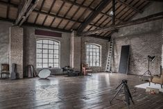 Red Rooms: 60 decorating projects to inspire - Home Fashion Trend Loft Studio, Dream Studio, Studio Setup, Studio Spaces, Warehouse Living, Warehouse Home, Warehouse Design, Warehouse Apartment, Yoga Studio Design
