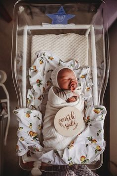 Swaddling is an age-old technique of wrapping your baby in cloth to help him feel safe and secure. We offer the most comfort baby swaddle. Baby Hospital Pictures, Newborn Pictures, Baby Pictures, Newborn Baby Photos, Baby Girl Newborn, Baby Outfits, Best Kids Watches, Foto Baby, Baby Swaddle