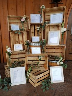 Rustic, wood seating chart with milk crates, bud vases and framed names in alpha. Rustic, wood seating chart with milk crates, bud vases and framed names in alphabetical order. Roses and eucalyptus deco. Seating Chart Wedding, Seating Charts, Wedding Table, Wedding Ideas, Wedding Rustic, Pallet Wedding, Wedding Backyard, Wedding Colors, Diy Wedding