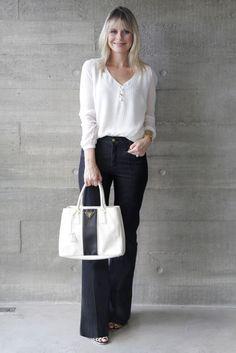 Quem disse que looks com jeans precisam ser sempre básicos e informais? Um bom jeans pode montar uma produção elegante e chic sim! Para looks mais elegantes, invista no jeans com lavagem mais escura, principalmente no ambiente de trabalho e com menos lavagens desbotadas, que deixam o resultado muito informal! A cintura média ou alta também deixam …