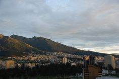 Sonnenaufgang in Quito, Ecuador - travel Quito Ecuador, Quites, Capital City, Solo Travel, Seattle Skyline, Old Town, Day Trips, Trip Planning, Cool Photos