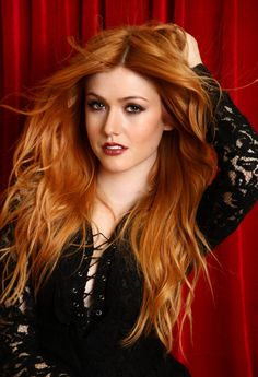 Check out redhead hottie Katherine McNamara playing on her lawn - Hollywood Gossip Katherine Mcnamara, Beautiful Red Hair, Gorgeous Redhead, Red Hair Woman, Hottest Redheads, Redhead Girl, Strawberry Blonde, Tips Belleza, Blonde Color