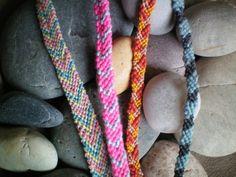 Depuis le Chouette Kit, je me suis renseignée (grâce à youtube!) et entraînée à faire des bracelets brésiliens et voilà mes tout premiers! Une fois qu'on a compris la technique ça devient tout simple :) Bon j'ai commencé à faire ces bracelets il faisait...