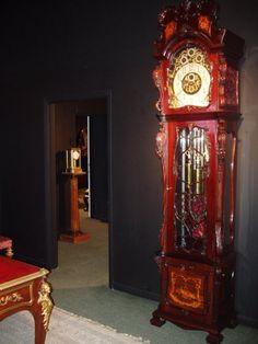 Antique English grandfather clock red, love it Antique Grandfather Clock, Grandmother Clock, Old Clocks, Antique Clocks, Nice Furniture, Dream Furniture, Vintage Furniture, Classic Clocks, Time Clock