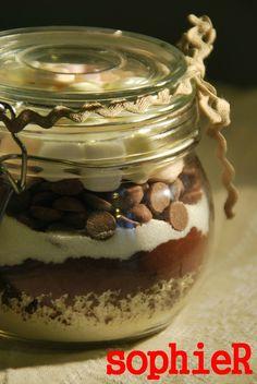Hot chocolate jar - The joys of sophieR Mason Jar Meals, Meals In A Jar, Mason Jars, Sos Recipe, Hot Chocolate In A Jar, Cake In A Jar, Food Gifts, Biscotti, Tasty