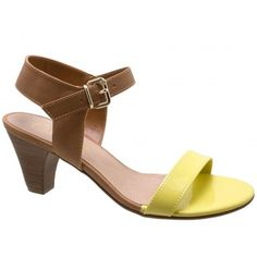Sandália Bebecê Verniz Amarelo com Marrom. Fivela dourada na lateral que facilita o calce. Forro caramelo, palmilha bege, debrum da palmilha...