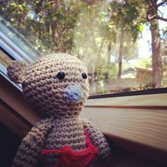 www.instagram.com/mimulu  #Mimulu  Bebé oso mirando por la ventana