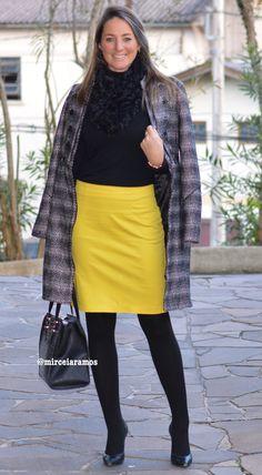 Look de trabalho - look do dia - look corporativo - moda no trabalho - work outfit - office outfit - winter outfit - fall outfit - frio - look de inverno - inverno - saia amarela - yellow pencil skirt - casaco de lã - coat - black - meia calça - pantyhose - boots - bota - otk - over the knee