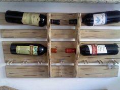 Em madeira, pintura em pátina, porta vinho, porta taça e saca-rolha R$250,00