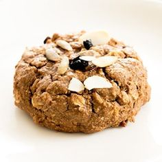 These pumpkin oatmeal breakfast cookies are a healthy way to get your family started in the morning with all the best tastes and smells of the fall season. Gluten Free Treats, Gluten Free Cookies, Gluten Free Baking, Gluten Free Desserts, Oatmeal Breakfast Cookies, Sweet Breakfast, Breakfast Bites, Fruit Recipes, Cookie Recipes