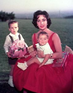 Elizabeth Taylor a eu plusieurs enfants  de ses différents époux. Avec Michael Wilding : Michael Howard Wilding (1953), Christopher Edward Wilding ( 1955). Avec Michael Todd : Elizabeth Frances Todd, surnommée Liza (1957).
