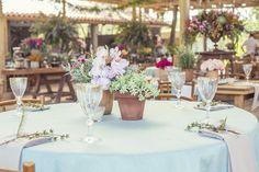 Romantismo e leveza nas flores  do casamento de Laila e Zeca. Parceria com Fresa Festas. Por Katia Criscuolo no Cafe de la Musique Trancoso. #casamentolailaezeca  #flores #flowers #weddingdecor #wedding #idea #inspiration #decor #weddingidea #inspirationwedding #casamento #decordecasamento