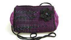 Bolsa pequena em tear de pente liço, com acabamento em cetim, passanamaria, renda guipir e cristais.