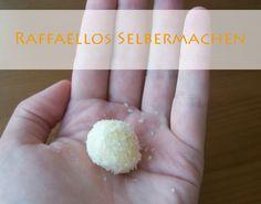 Raffaellos ganz einfach selbermachen. Das Rezept für die Variante der Kokospraline von kreativfieber.de mit extra viel Schokolade.