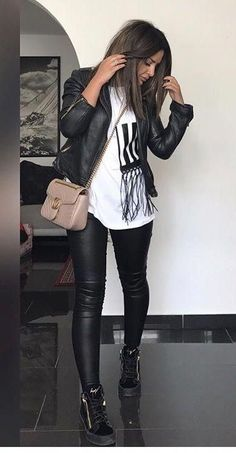 Faux Black Leather Pants Outfit With Biker Jacket - Classy Outfits Leather Leggings Outfit, Leather Jacket Outfits, Legging Outfits, Leggings Outfit Winter, Sweatpants Outfit, Black Jeans Outfit, Outfits With Tights, All Black Outfit Casual, Casual Work Outfit Winter