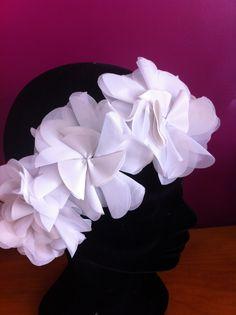 Headband fleurs en organza avec le coeur en simili cuir Nany'n Couture Sur Mesure Nouvelle création Nany'n.  Nany'n création. #creation  #wedding # #lace #fashion #accessory #madeinfrance #faitmain #mariée #robe #soie #soirée #accessoiresl #nanyn #vintage