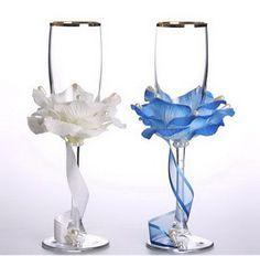 Vidros do casamento com as mãos - a decoração das pétalas