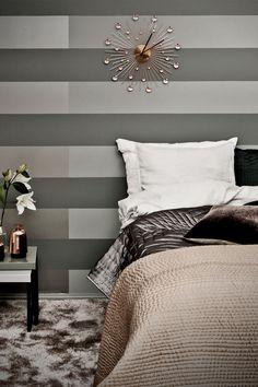 Harmaa hurmaa myös makuuhuoneen seinässä! Käytetyt sävyt ja tuotteet: -Tummanharmaa raita: Harmony-maali, Pro Grey 1968 -Vaaleanharmaa raita: Harmony-maali, Pro Grey 1967 -Helmiäishohtoinen raita: Taika Helmiäismaali, Pro Grey 2098. #tikkurila #progrey #harmaa #grey #makuuhuone #bedroom
