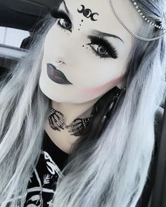 Top Gothic Fashion Tips To Keep You In Style. As trends change, and you age, be willing to alter your style so that you can always look your best. Consistently using good gothic fashion sense can help Witchy Makeup, Goth Makeup, Dark Makeup, Soirée Halloween, Halloween Makeup Looks, Goth Beauty, Dark Beauty, Cosplay Makeup, Costume Makeup