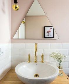Banheiro do @apartamento.33 , cheio de tendências! Projeto do @studioboscardincorsi #subwaytiles #rosaquartzo #torneiradourada #banheiro #bathroom #instahome #instadecor
