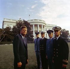 36 Stunning Color Photos Of The Kennedy White House.JFK with top graduates from all the armed services academies. John Kennedy, Les Kennedy, Jacqueline Kennedy Onassis, Jaqueline Kennedy, Caroline Kennedy, Greatest Presidents, American Presidents, Us Presidents, American History